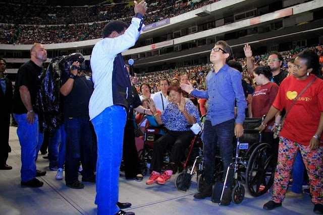 A young man confined to a wheelchair receives an INCREDIBLE MIRACLE and begins to walk during the second day of the Mexico Crusade with Prophet T.B. Joshua!